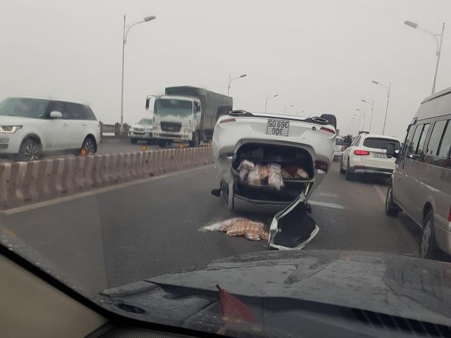 Ô tô phơi bụng sau khi tông dải phân cách cầu Vĩnh Tuy - 2