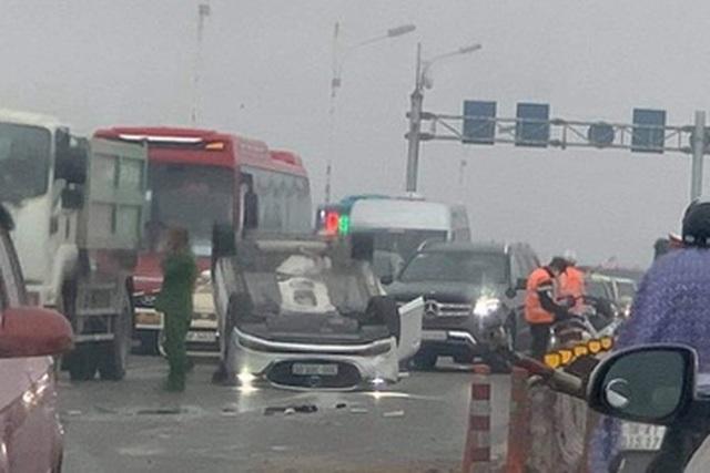 Ô tô phơi bụng sau khi tông dải phân cách cầu Vĩnh Tuy - 1