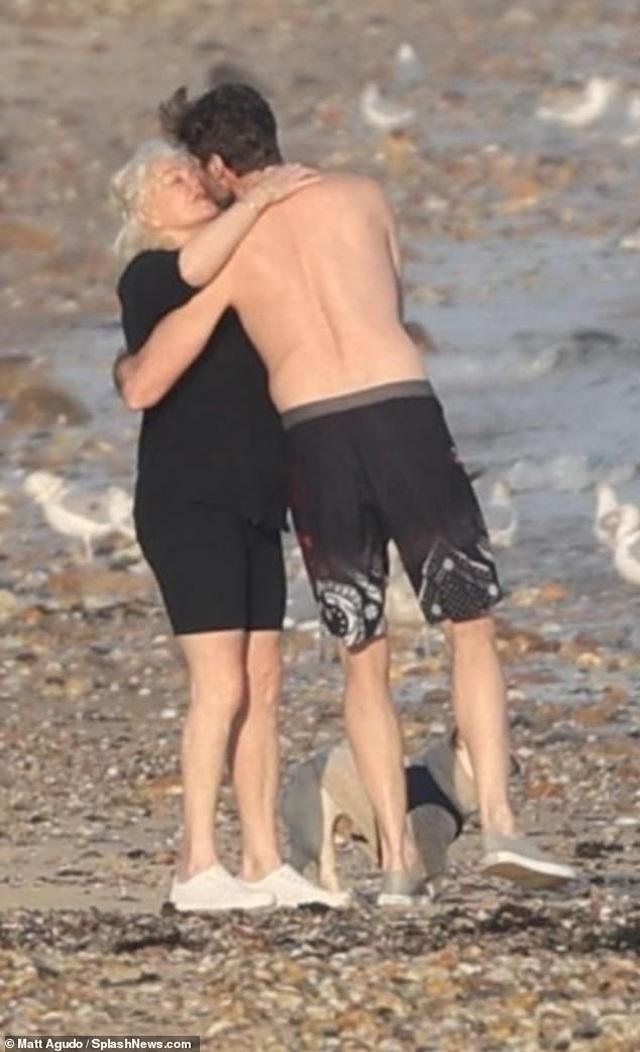 Người sói Hugh Jackman đi tắm biển cùng vợ hơn 13 tuổi