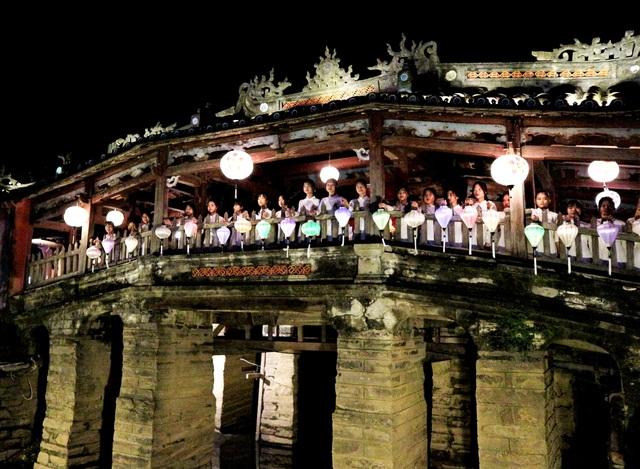 Du khách đổ về phố cổ xem Hội An thức giấc - 7