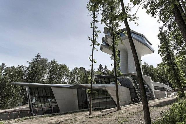 Dinh thự phỏng theo tàu vũ trụ bí ẩn giữa rừng của đại gia bất động sản - 4
