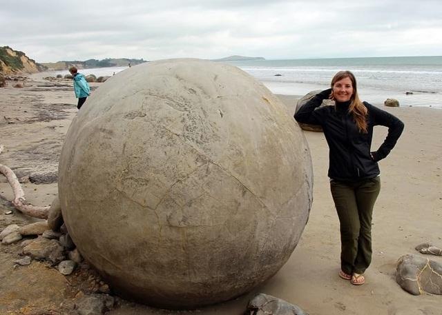 Những quả trứng khổng lồ với nhiều vết tích bí ẩn xuất hiện trên bãi biển - 4