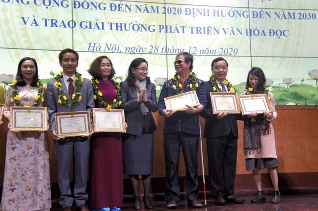 Giám đốc công ty First News được tặng giải thưởng phát triển văn hóa đọc - 4