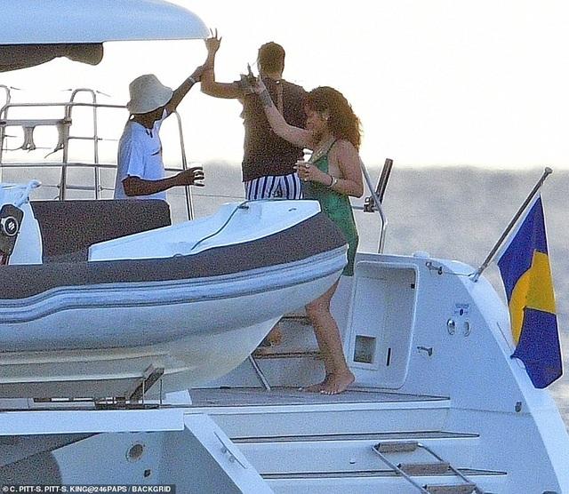 Rihanna nghỉ giáng sinh cùng bạn trai mới - 2