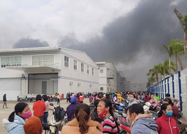Cháy công ty giày da, công nhân chạy tán loạn, nhiều xe máy bị thiêu rụi - 2