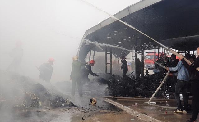 Cháy công ty giày da, công nhân chạy tán loạn, nhiều xe máy bị thiêu rụi - 3