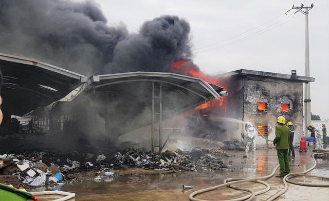Cháy công ty giày da, công nhân chạy tán loạn, nhiều xe máy bị thiêu rụi - 4