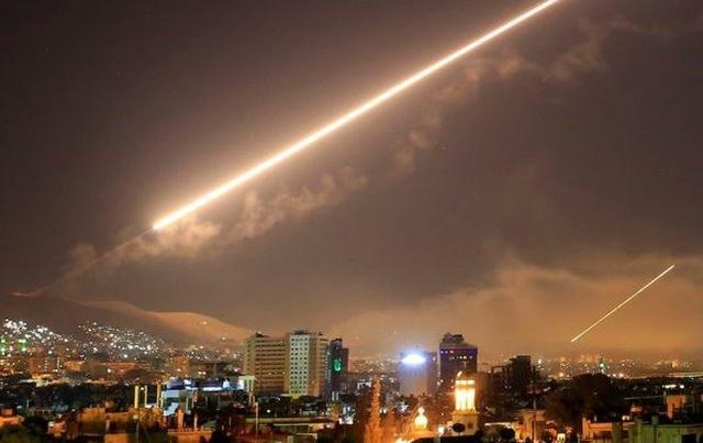 Không phận thủ đô Syria rung chuyển vì tên lửa nghi của Israel - 1