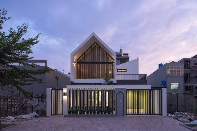 Ngôi nhà có thiết kế lạ cản khói bụi của cặp vợ chồng ở Quảng Ninh - 1