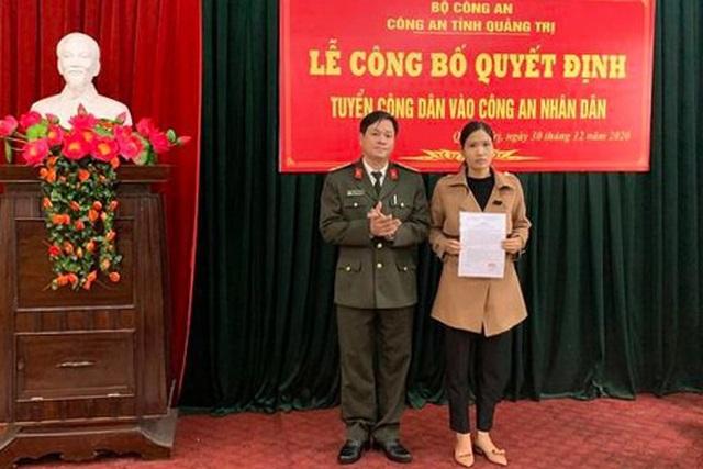 Vợ liệt sĩ công an hy sinh khi làm nhiệm vụ cứu nạn được tuyển dụng - 1