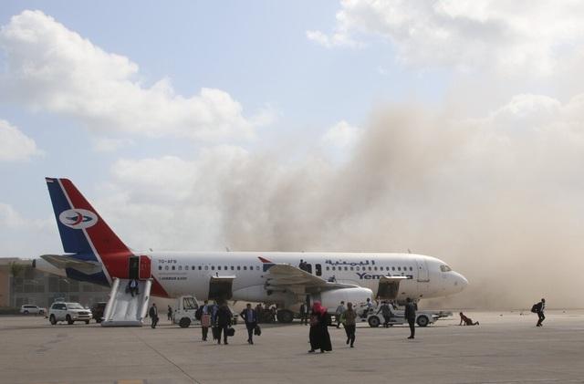 Tên lửa tấn công gần máy bay chở Thủ tướng Yemen, 22 người chết - 2