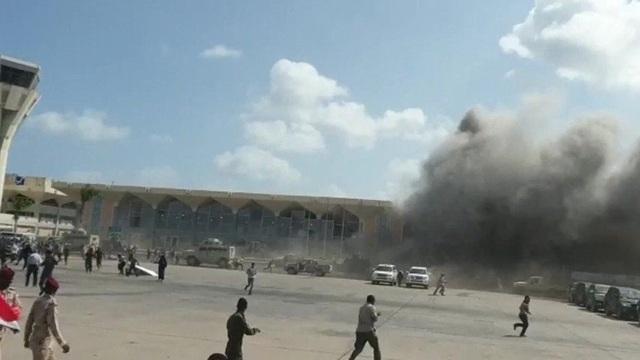 Tên lửa tấn công gần máy bay chở Thủ tướng Yemen, 22 người chết - 4