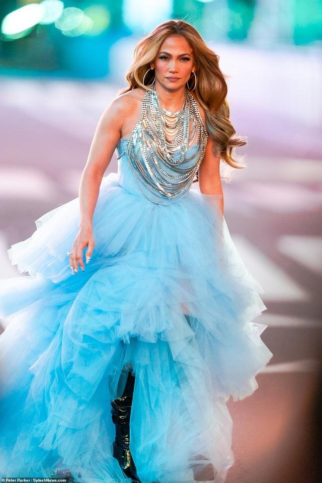 Jennifer Lopez mặc đẹp như công chúa trên phố - 1