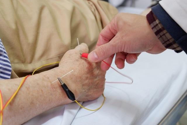 Xem bác sĩ dùng điện châm chữa liệt nửa người cho bệnh nhân đột quỵ - 7