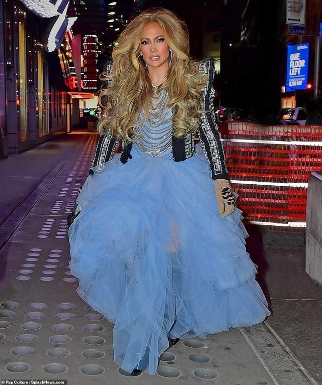 Jennifer Lopez mặc đẹp như công chúa trên phố - 2