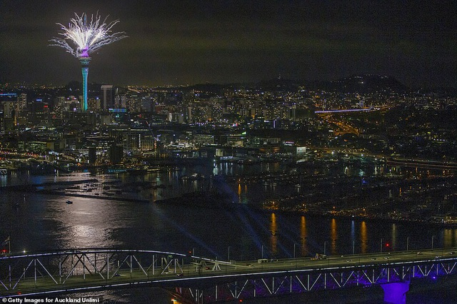 Màn pháo hoa tuyệt đẹp đón năm mới 2021 - 7
