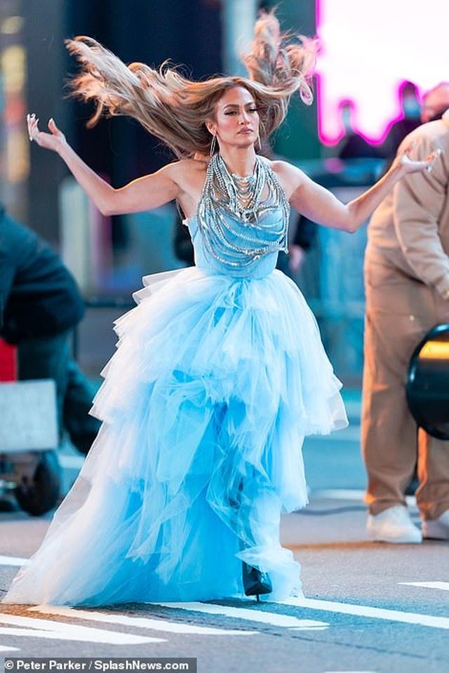 Jennifer Lopez mặc đẹp như công chúa trên phố - 10