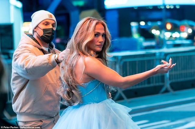 Jennifer Lopez mặc đẹp như công chúa trên phố - 5