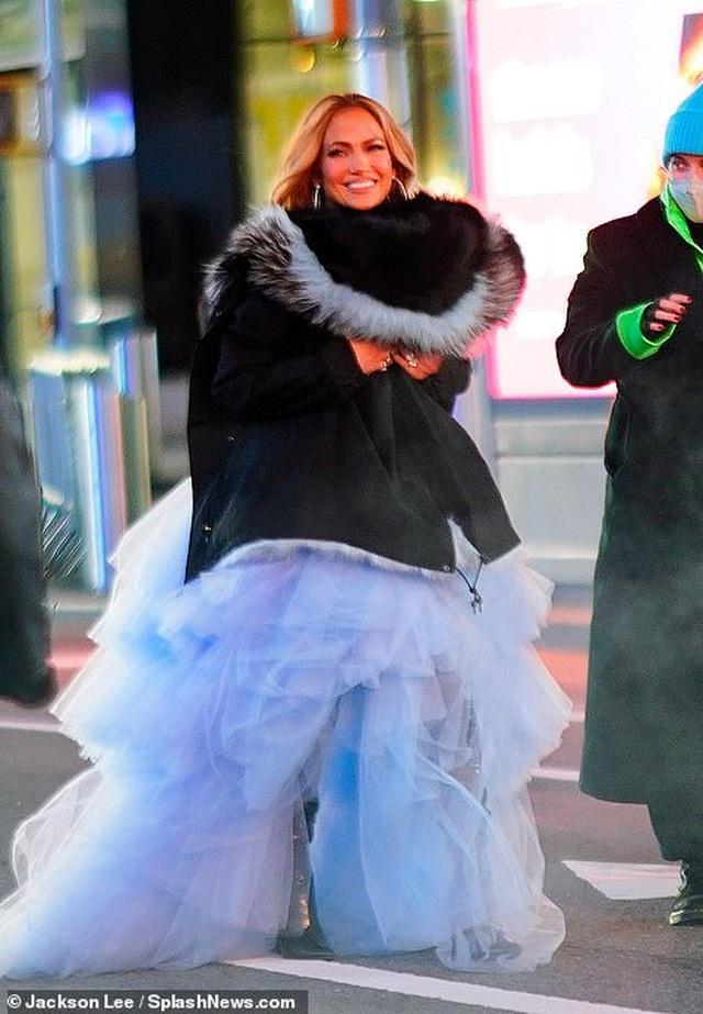 Jennifer Lopez mặc đẹp như công chúa trên phố - 9
