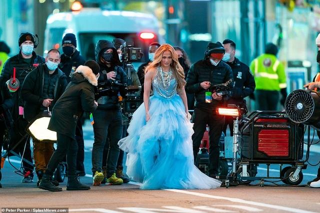 Jennifer Lopez mặc đẹp như công chúa trên phố - 7