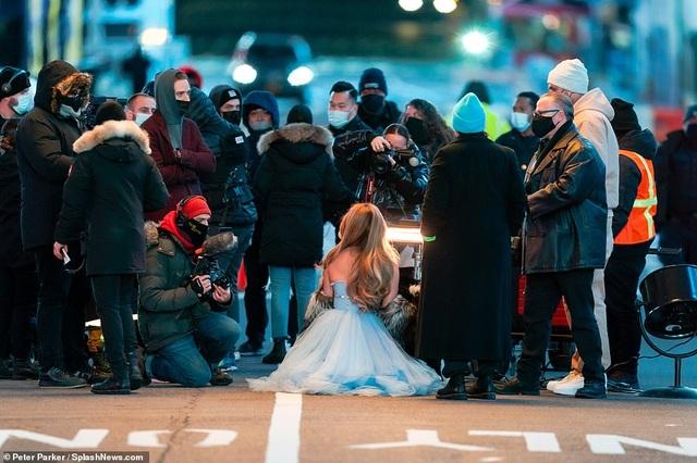 Jennifer Lopez mặc đẹp như công chúa trên phố - 6