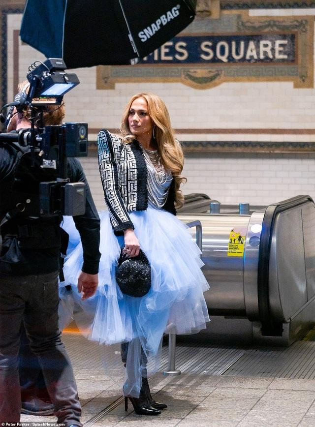 Jennifer Lopez mặc đẹp như công chúa trên phố - 3