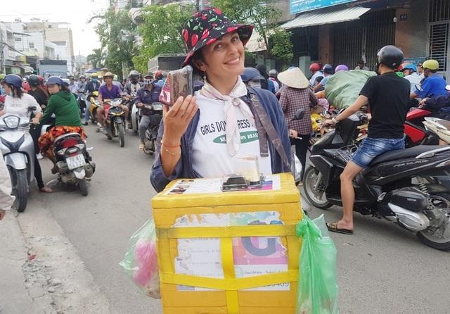 Người phụ nữ Belarus bán bánh mưu sinh ở Nha Trang do dịch Covid-19 - 1