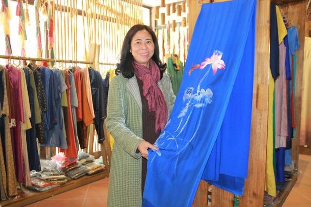 Người phụ nữ đưa sản phẩm thêu ren cố đô Hoa Lư đi… trời Tây - 5