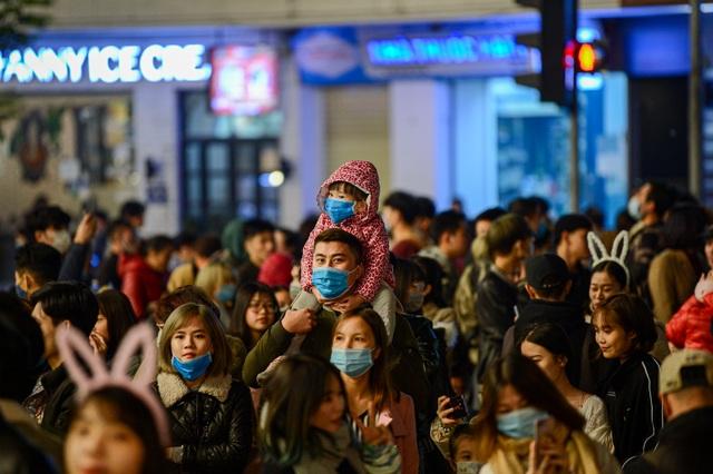 Người Hà Nội xuống đường đón giao thừa Tết Dương lịch trong giá lạnh - 4