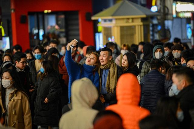 Người Hà Nội xuống đường đón giao thừa Tết Dương lịch trong giá lạnh - 7