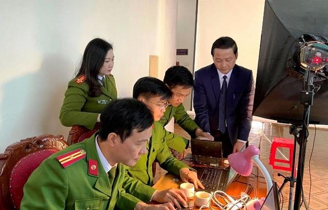 Cấp thẻ căn cước công dân gắn chíp điện tử cho nhiều lãnh đạo tỉnh - 2