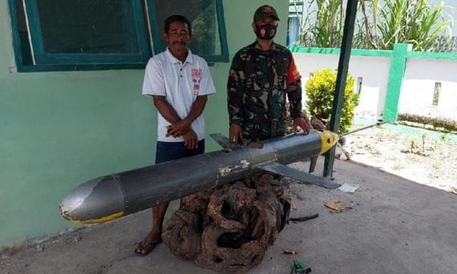 Ngư dân Indonesia vớt được tàu ngầm không người lái nghi của Trung Quốc - 1