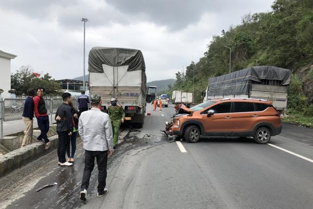 Tài xế xe tải mất kiểm soát tay lái gây tai nạn liên hoàn - 3