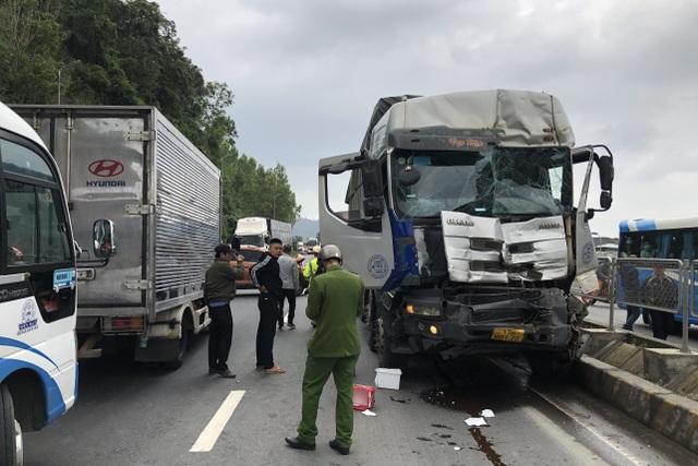 Tài xế xe tải mất kiểm soát tay lái gây tai nạn liên hoàn - 1