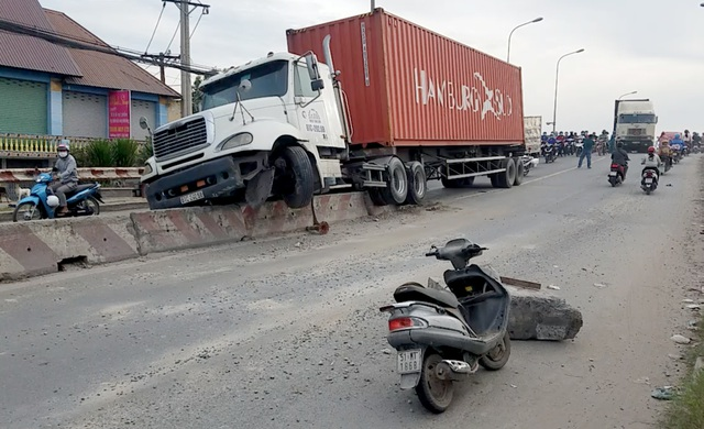 Xe container húc khối bê tông văng trúng xe máy, 1 người nhập viện - 1