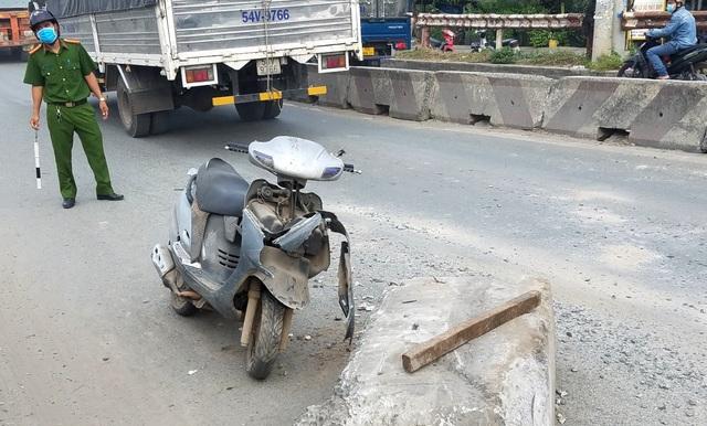 Xe container húc khối bê tông văng trúng xe máy, 1 người nhập viện - 2