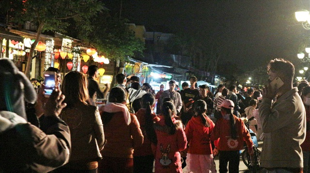 Hàng ngàn du khách đến Hội An chào đón năm mới 2021 - 1