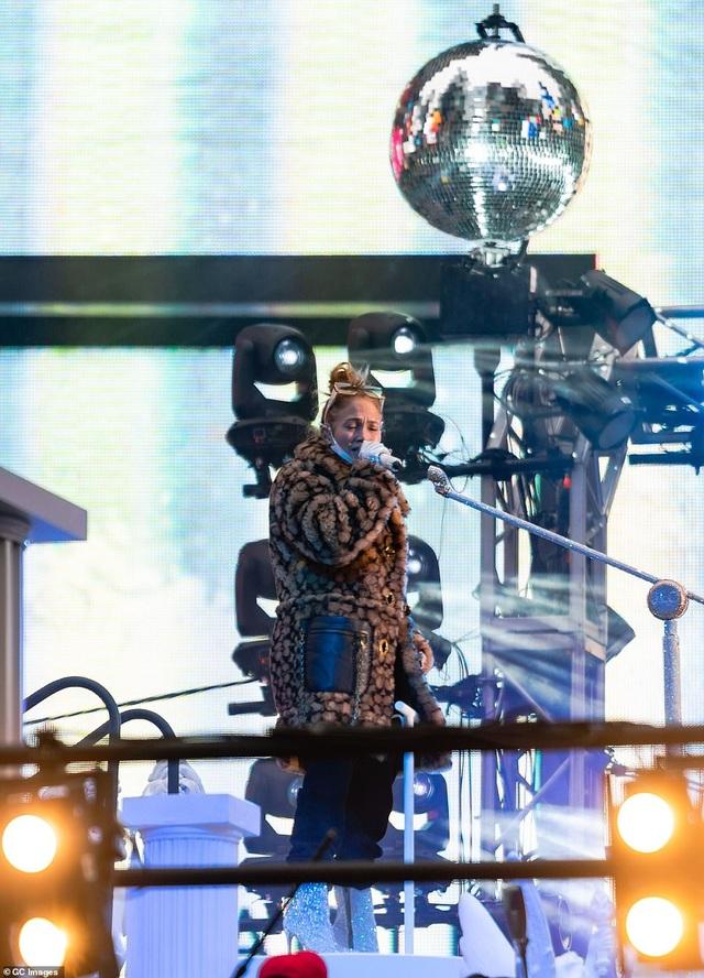 Jennifer Lopez trình diễn cuốn hút trong đêm giao thừa - 9
