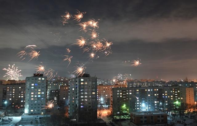 Pháo hoa sáng rực bầu trời châu Âu chào năm mới 2021 - 13