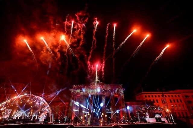 Pháo hoa sáng rực bầu trời châu Âu chào năm mới 2021 - 4