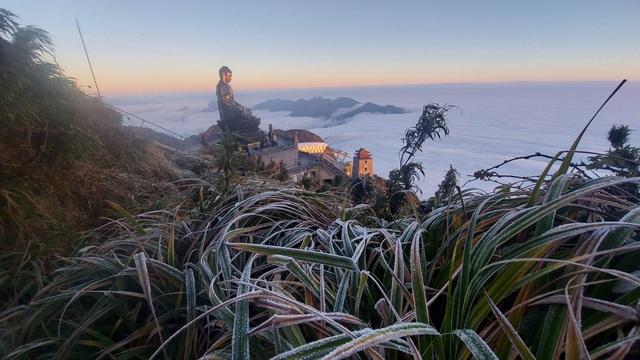 Sáng mai Sa Pa lạnh 0 - 2 độ C, đỉnh núi cao xuất hiện sương muối  - 1
