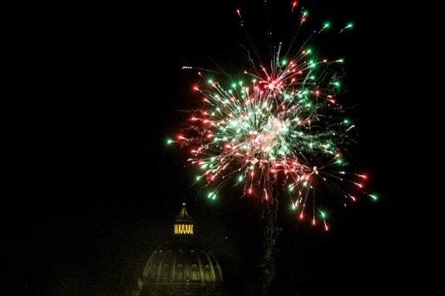 Pháo hoa sáng rực bầu trời châu Âu chào năm mới 2021 - 15
