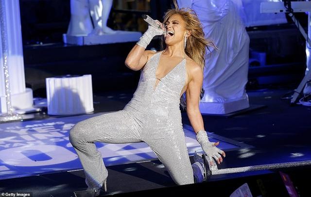 Jennifer Lopez trình diễn cuốn hút trong đêm giao thừa - 2
