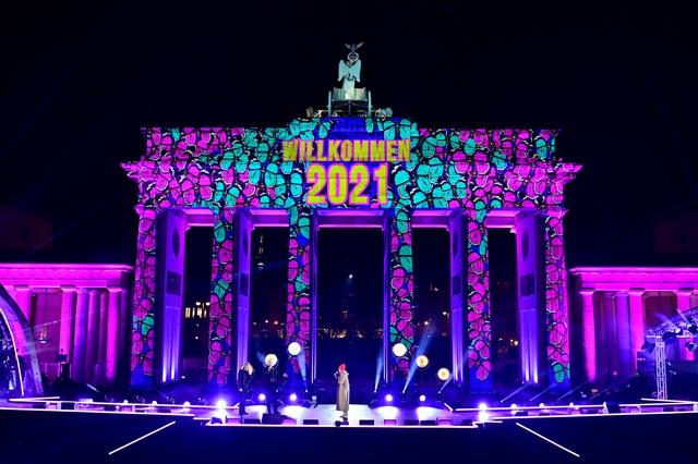 Pháo hoa sáng rực bầu trời châu Âu chào năm mới 2021 - 3