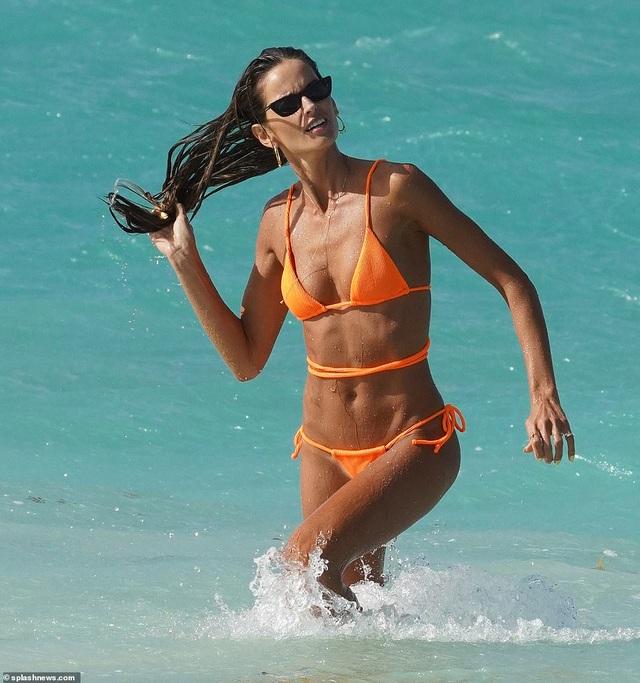 Siêu mẫu áo tắm Izabel Goulart  đón năm mới ở biển - 4