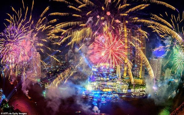 Pháo hoa sáng rực bầu trời châu Âu chào năm mới 2021 - 16