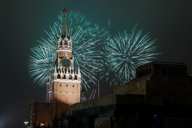 Pháo hoa sáng rực bầu trời châu Âu chào năm mới 2021 - 5