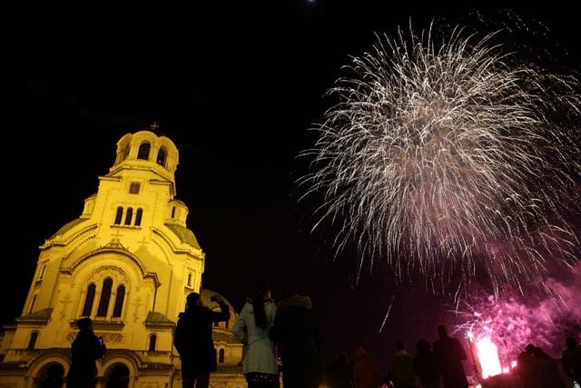 Pháo hoa sáng rực bầu trời châu Âu chào năm mới 2021 - 6