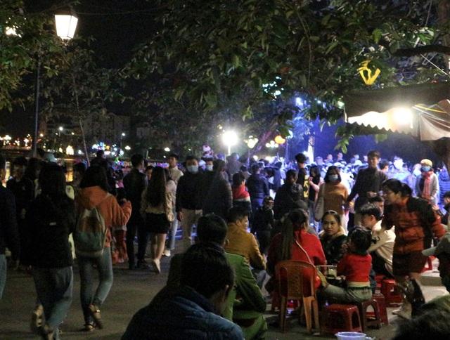 Hàng ngàn du khách đến Hội An chào đón năm mới 2021 - 4