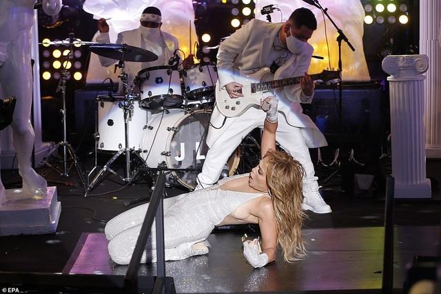 Jennifer Lopez trình diễn cuốn hút trong đêm giao thừa - 4
